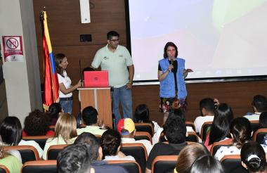 Momentos durante la conferencia de la Unicosta.