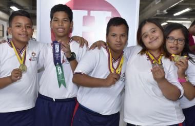 Carlos del Villar, Abel Fontalvo, Paul Donado, Sharon Villa y Natalia Comas mostrando sus medallas.