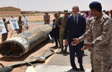 Brian Hook, el representante especial de Estados Unidos en Irán, verifica lo que los funcionarios saudíes dijeron que eran armas de fabricación iraní utilizadas por los rebeldes Huthi en Yemen durante una visita a una base del ejército en Al Kharj, al sur de la capital de Arabia Saudita, Riad.