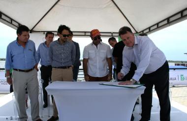 Mike Savage, Luis Miguel Morelli, Alejandro Char y los representantes de las empresas petroleras durante el acto de la firma de los contratos costa afuera.