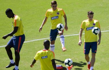 El volante barranquillero Gustavo Cuéllar (centro) domina el balón en un entrenamiento de la Selección.