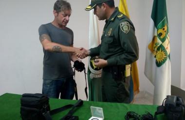 Joshua Scott recibe del mayor Déiner López, comandante de la Estación de Maicao, los equipos que le habían hurtado.