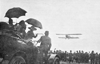 Fotografía de 1919 durante el aterrizaje del avión comandado por Knox Martin.