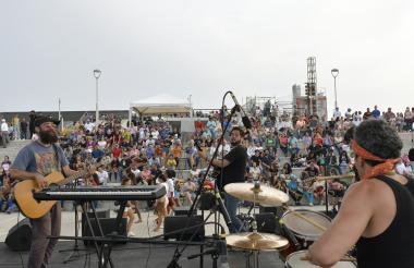 La banda de Jean Mazzilli fue una de las primeras en montarse a la tarima principal del Gran Malecón Puerta de Oro, ayer en la Fiesta de la Música.