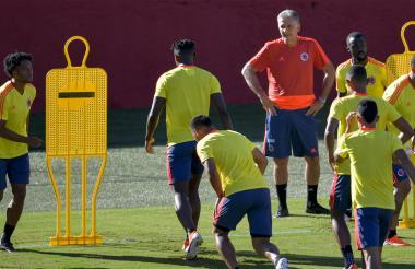 Carlos Queiroz observando el entrenamiento de la Selección Colombia.