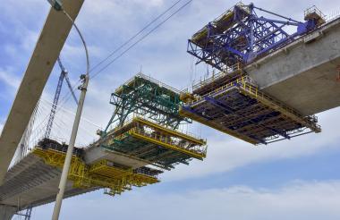 Vista de cómo avanza la unión central del tablero del tramo atirantado del Pumarejo.