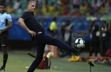 El entrenador de la Selección Colombia, Carlos Queiroz, controla un balón desde la línea del banco técnico.
