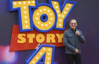 Tom Hanks, quien da vida al vaquero Woody, posando para los medios en el estreno de 'Toy Story 4'.