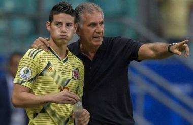 Carlos Queiroz y uno de sus principales ases en la ofensiva, James Rodríguez. Aquí, antes de enviarlo al partido contra Paraguay.
