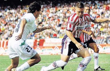 El venezolano Andrés Rouga en acción en su etapa como defensor del Junior en 2006. Duró seis meses.
