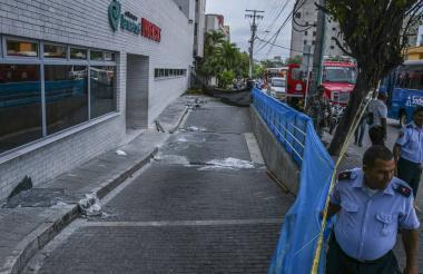 Los vidrios de las ventanas aún se encuentran en el piso, a la salida de urgencias de la Clínica La Merced.