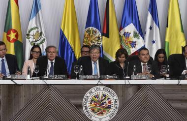 En el centro, el canciller Carlos Trujillo durante la Asamblea 49 de la OEA.