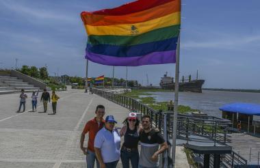 Miembros de la comunidad Lgbti posan después de izar las banderas del arcoíris en el Malecón.