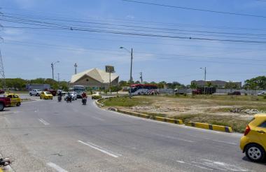 Varios vehículos circulan por la rotonda de la Circunvalar con la Avenida Las Torres.