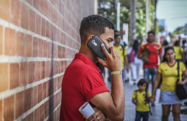 Usuario de telefonía móvil habla realiza una llamada.