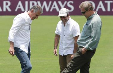 Queiroz, Char y Jesurun en el gramado del Metro.