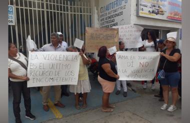 Los líderes sociales protestando frente a la URI de la Fiscalía.