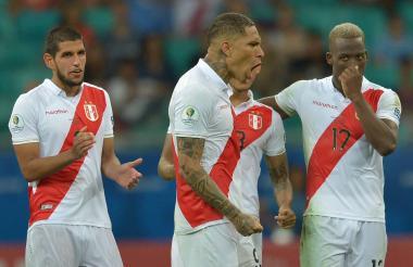 Los jugadores de Péru corren a abrazar y a felicitar al cancerbero Pedro Gallese.