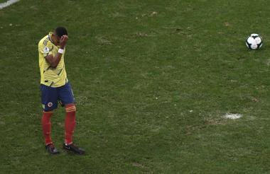 William Tesillo lamentando el penalti que no pudo acertar ante la selección chilena.
