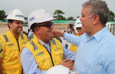 El presidente Duque saluda al alcalde (e) Pedrito Pereira durante la visita que realizó este viernes a Cartagena.