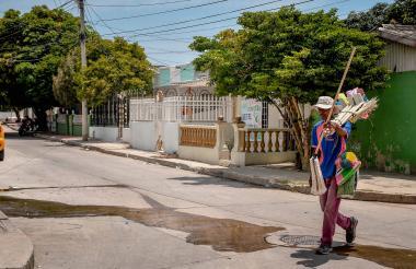 Los vendedores informales recorren las calles ofreciendo sus productos.