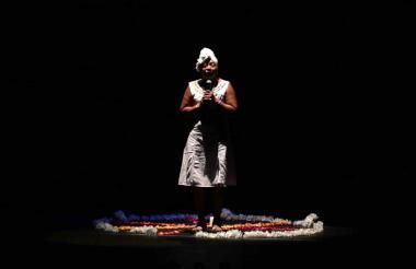 Lina Mercedes Caro, mujer víctima de esclavitud sexual, relata su historia en el teatro Adolfo Mejía.