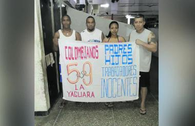 Víctor  Márquez y José Luis Torres en compañía de otros detenidos cuando estaban en Venezuela.