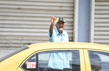 Ramiro Martelo, de 83 años, celebra la obtención de $1.000, entregados por uno de sus clientes en el centro.