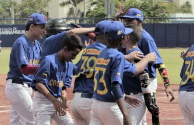 Los pequeños de Colombia Willard festejan una de las carreras ante Argentina.