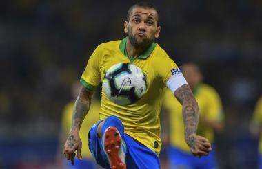 Alves controla el balón.