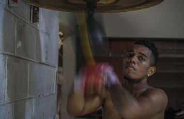 El boxeador barranquillero Jeovanis Barraza, de 23 calendarios,  realizando ejercicios con la pera previo a la pelea con Maestre.