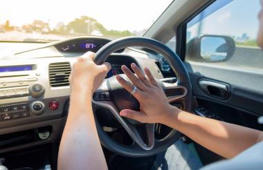 El uso excesivo de la bocina de autos genera contaminación sonora que reciben principalmente los transeúntes.