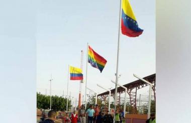 La bandera LGBTI fue izada el domingo.