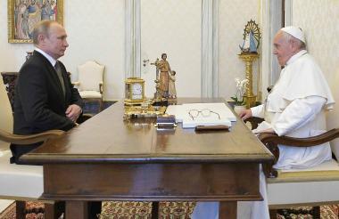 Vladimir Putin y el Papa Francisco en el Vaticano.