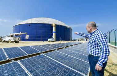 Libardo García,director del AMB, muestra los paneles solares que usarán para el funcionamiento del tanque.
