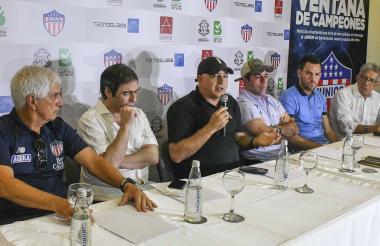 Daes junto al alcalde Alejandro Char; el presidente del Junior, Antonio Char, el DT Julio Comesaña; Sebastián Viera y Alfredo Reyes de la Sociedad de Arquitectos.