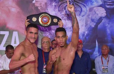El barranquillero Jeovanis 'El Meke' Barraza  con el dedo índice arriba junto al venezolano Gabriel 'El Capitán'  Maestre.
