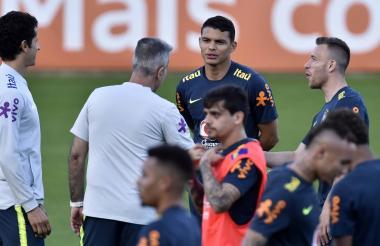Tite, Thiago Silva y Arthur durante el entrenamiento.
