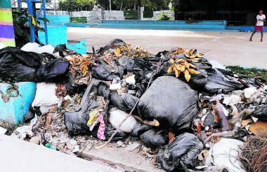 Las basuras suelen invadir una de las zonas peatonales del escenario deportivo.