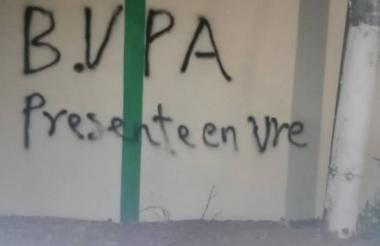 Grafiti dibujado por el bloque Virgilio Peralta Arenas para intimidar a la población residente de San José de Uré al sur de Córdoba.