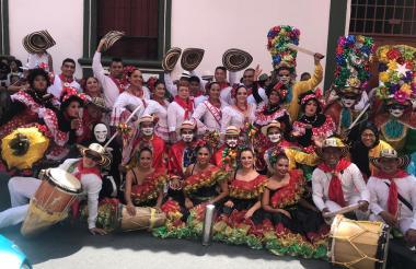 Parte de la delegación barranquillera posó feliz antes de su aplaudida presentación en el Festival Nacional e Internacional del Folclor en Ibagué, Tolima.