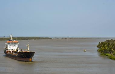 Vista de una embarcación que navega  por el canal de acceso del río Magdalena que conduce al Puerto de Barranquilla.