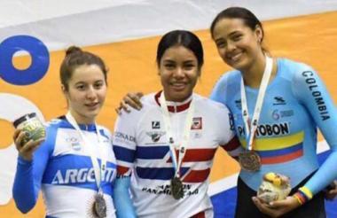La ciclista barranquillera Marianis Salaza (centro), medallista panamericana en México.