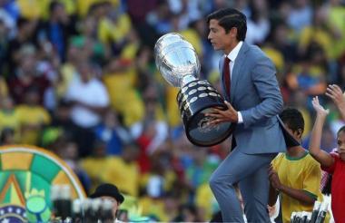 El chileno Matías Fernández con el trofeo en la mano.