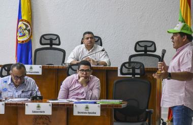 Alberto Salah, gerente de la ADI, realiza su intervención en el Concejo.