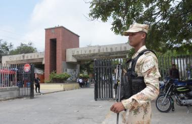 Soldados del Ejército llegaron ayer a apoyar la vigilancia en la Universidad.