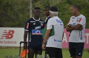 Cetré dialogando con el técnico Julio Comesaña.