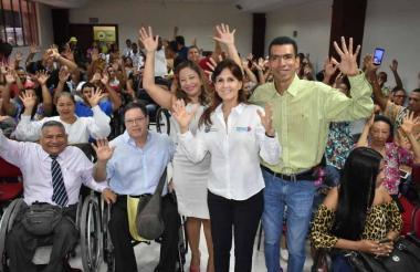 La gobernadora presidió el encuentro con los discapacitados auditivos.