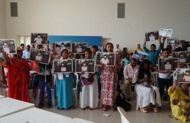 """Vecinos del arroyo Bruno mostraron fotos de ellos con tapabocas. """"Queremos salud, no carbón"""", dijeron."""
