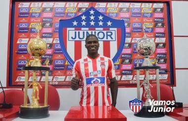 El defensa central Germán Mera posando con la camiseta de Junior
